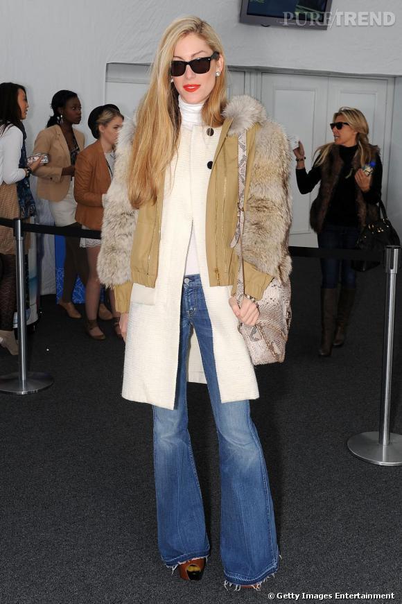 Fourrure et jean flare pour Joanna Hillman du Harper's Bazaar.