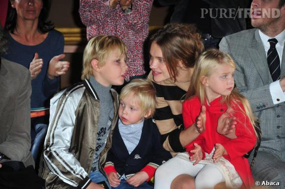 Natalia Vodianova admire, en famille, les silhouettes Stella McCartney.