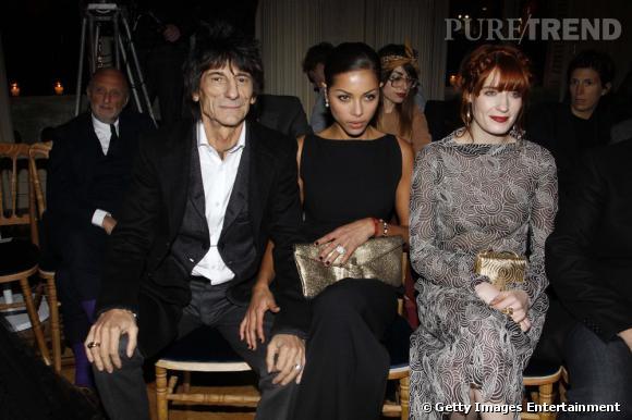Le guitariste Ronnie Wood à côté de sa femme et de Florence Welch au défilé Yves Saint Laurent.