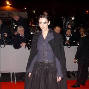 2003 : Cette fois, on lui prêterait presque des airs de Natalie Portman. Et côté style, elle tente les paillettes sur fond noir ou marine pour un effet très gothico-chic.
