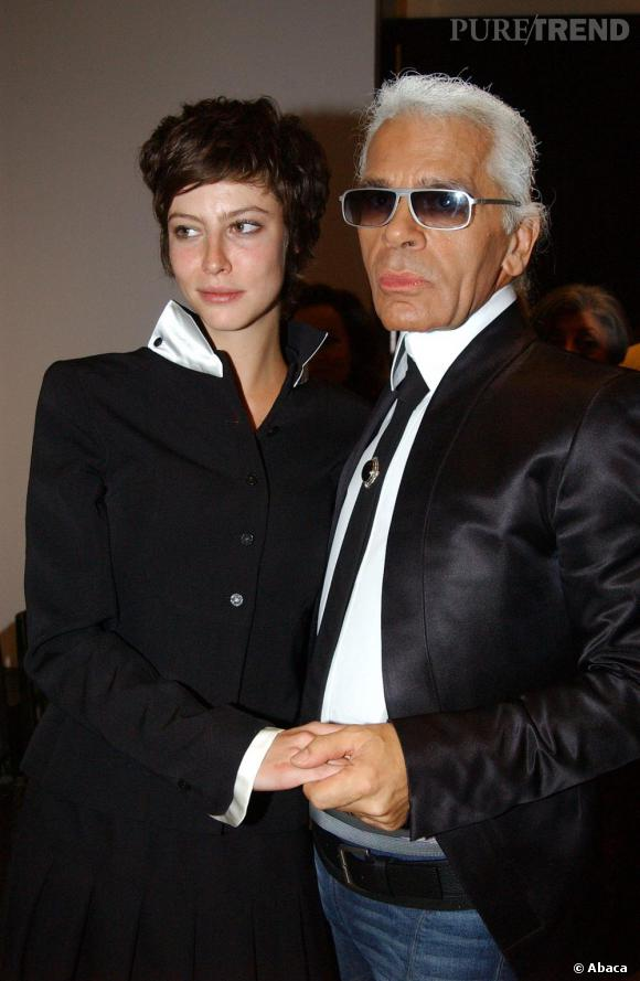 2002 :  Anna Mouglalis, déjà copine avec Karl en 2002. Son look ? Un côté garçon-manqué féminisé par des pièces couture.