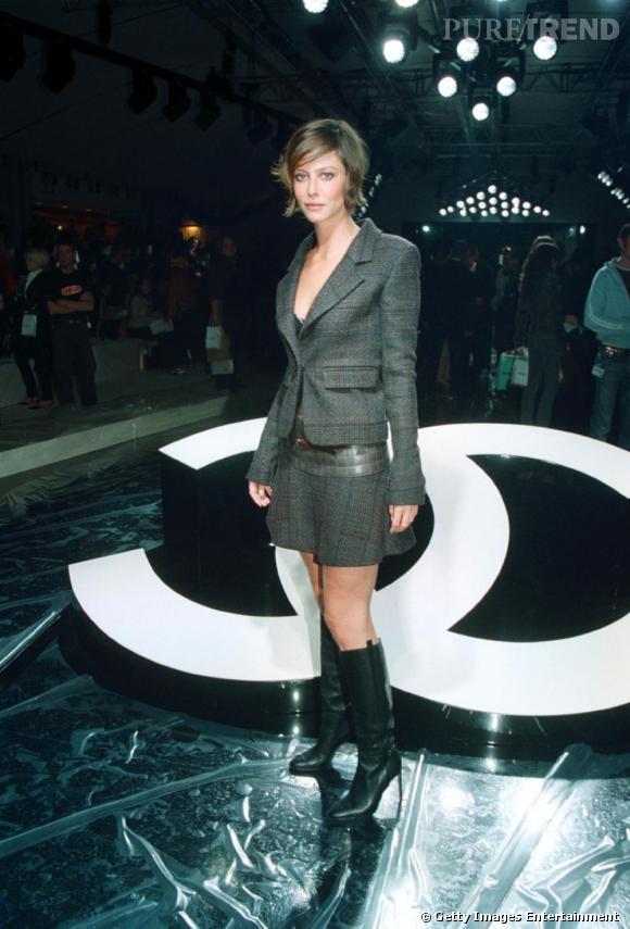 2002 :  Ensemble tailleur/mini jupe pour Anna qui laisse apercevoir sa lingerie fine. Elle est nettement plus téméraire à cette époque.