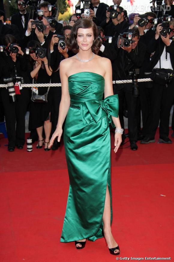 2009 :  Robe bustier satinée et dotée d'un noeud XL pour Anna Mouglalis qui se lance dans le girly.