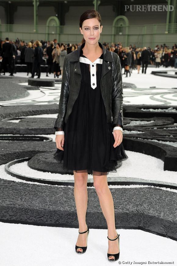 2011 :  Au défilé Couture Chanel en janvier, Anna Mouglalis pimente sa petite robe Chanel très sage avec une veste en cuir. Ingénieux.