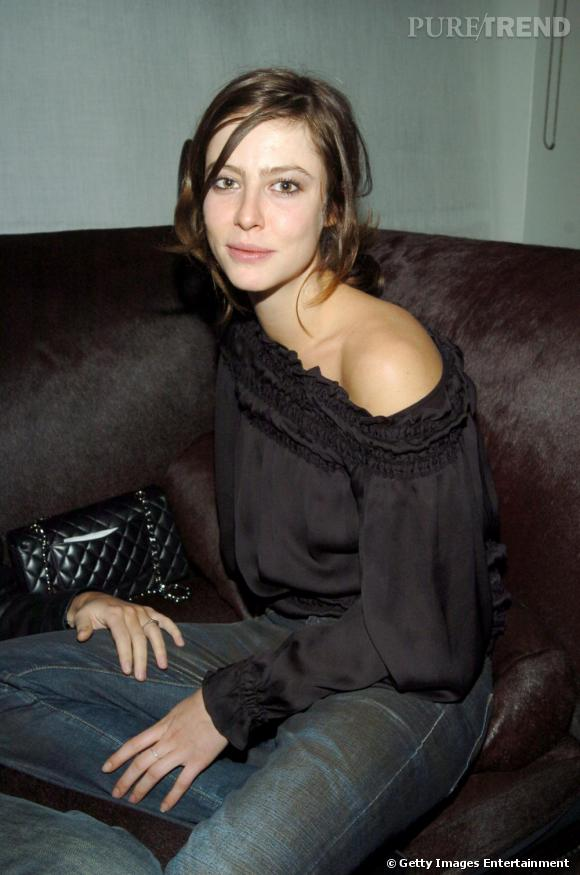 2004 :  Très nature, elle joue les oiseaux fragiles à cette époque. Epaule joueuse, elle reste très féminine.