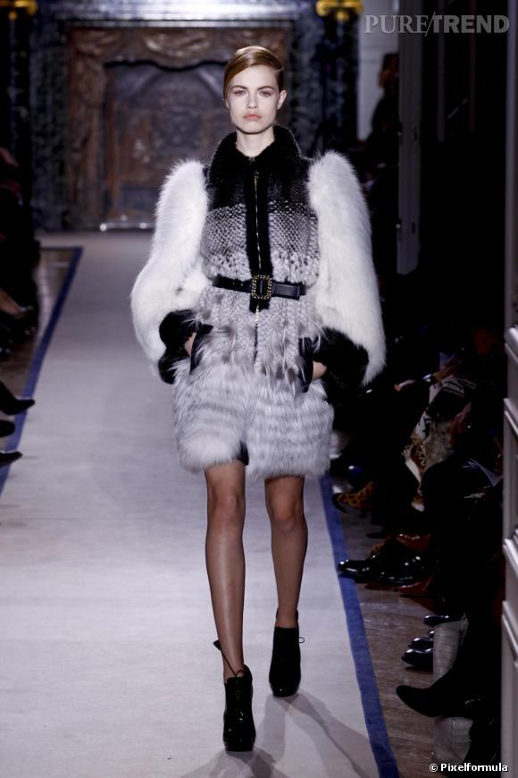 best of de la semaine de la mode paris yves saint laurent le charme d 39 un manteau aux. Black Bedroom Furniture Sets. Home Design Ideas