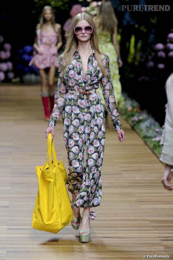 Dans les collections pour l'été 2011: D&G ose la combinaison pantalon à fleurs, une association à priori douteuse qui finalement ne manque pas d'allure.