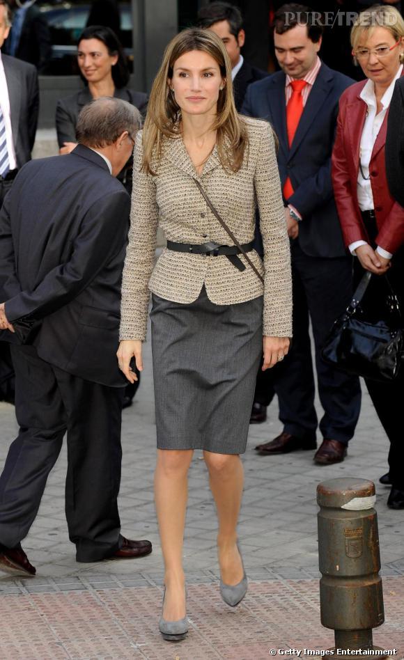 Même avec des tenues strictes la jeune femme rajoute une touche de modernité avec ses platform shoes.