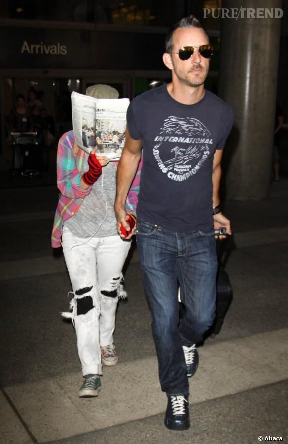 Mais qui se cache derrière cet accoutrement débraillé ? Visiblement en pleine nostalgie des années 90, Drew Barrymore fait la totale avec les Converse, les rayures, le jean et la chemise à carreaux.