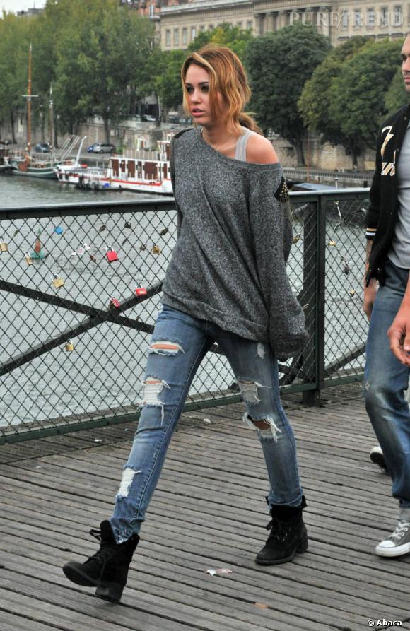 De passage à Paris, l'ancienne Disney star affiche un air de rébellion avec un pull en laine trop grand et un jean plus que destroy.