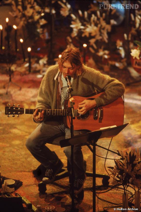 """Pour son dernier concert """"Unplugged"""" en 1993, Kurt mise sur un gilet en laine d'un jaune douteux sur une chemise."""