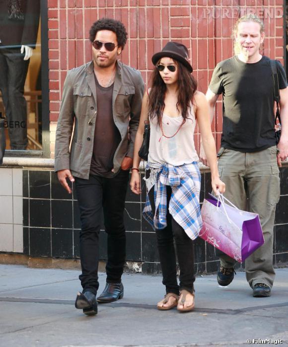La fille de Lenny Kravitz, Zoë, se laisse tenter par le grunge, chemise à carreaux autour de la taille.