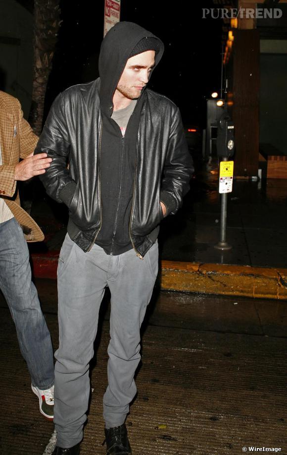 Pas vraiment réputé pour son hygiène, Robert Pattinson fait un digne représentant du style.
