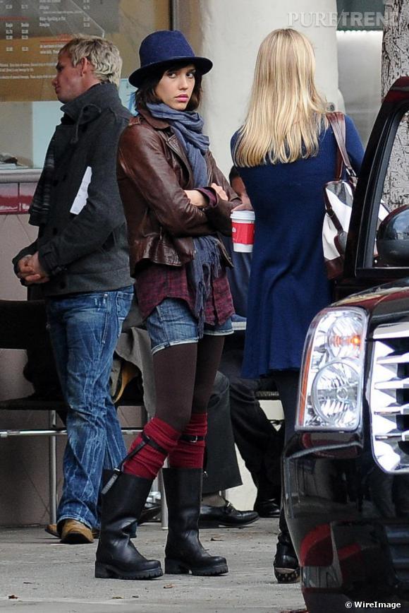 Pourtant très sexy et girly, Jessica Alba ne résiste pas à l'envie de se la jouer rebelle avec une chemise à carreaux et des bottes (l'air renfrogné en prime).