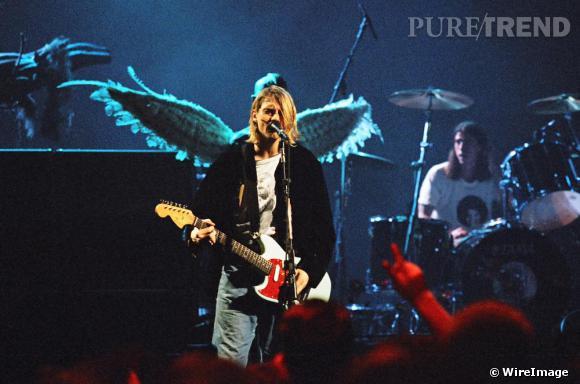 Kurt Cobain a beau être une star, pour monter sur scène il se contente d'un t-shirt et d'un jean sale.