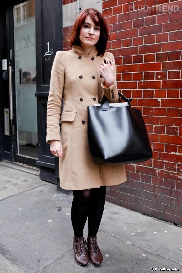 Son style  classique, mais tendance, avec le choix d\u0027un manteau camel.