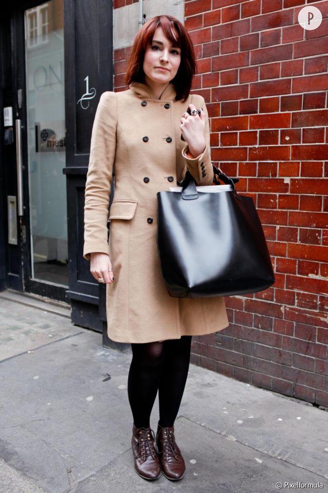 son style classique mais tendance avec le choix d 39 un manteau camel. Black Bedroom Furniture Sets. Home Design Ideas