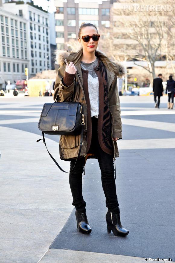 Son style : casual. Parka (LA veste de l'hiver dernier), jean noir seconde peau et boots compensées.