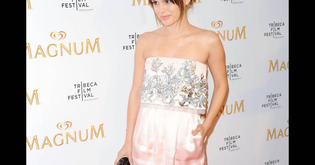 L 39 actrice porte une robe bustier chanel de la collection for Hors des robes de mariage rack new york