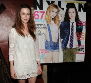 """Madeline pose devant le """"Nylon"""" du mois de mai avec en couverture Emma Roberts et Rory Culkin."""