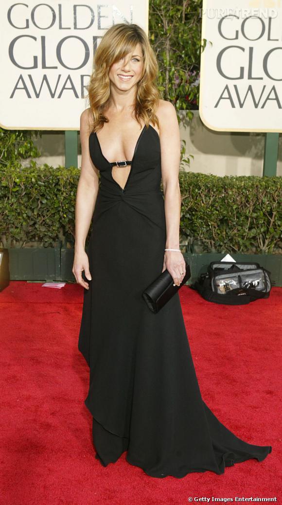 C'est qui elle ?  Jennifer Aniston. Alias Rachel de Friends. Manteau de fourrure, fendus vertigineux, pulls moulants, son look dans la série ne laisse personne indifférent. Idem sur red carpet.