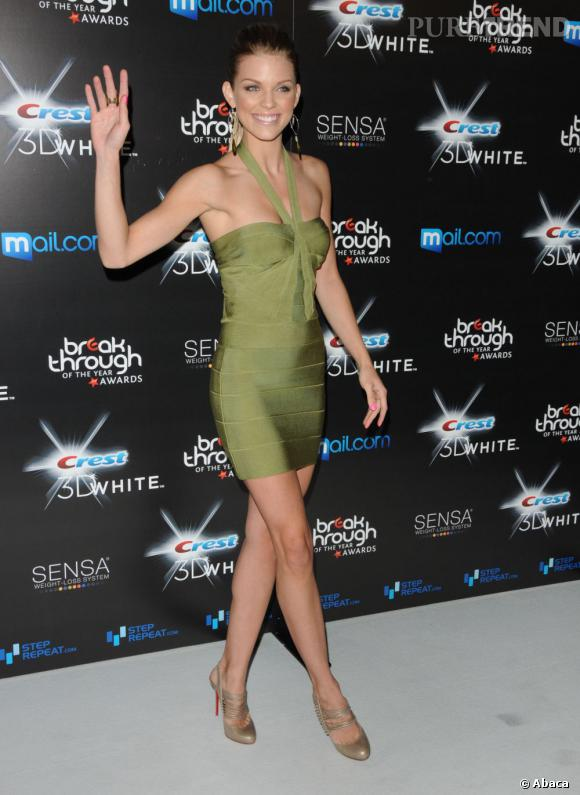 """C'est qui elle ?  AnnaLynne McCord, la sulfureuse blonde de """"90210"""", cliché de la bombe du lycée américain."""