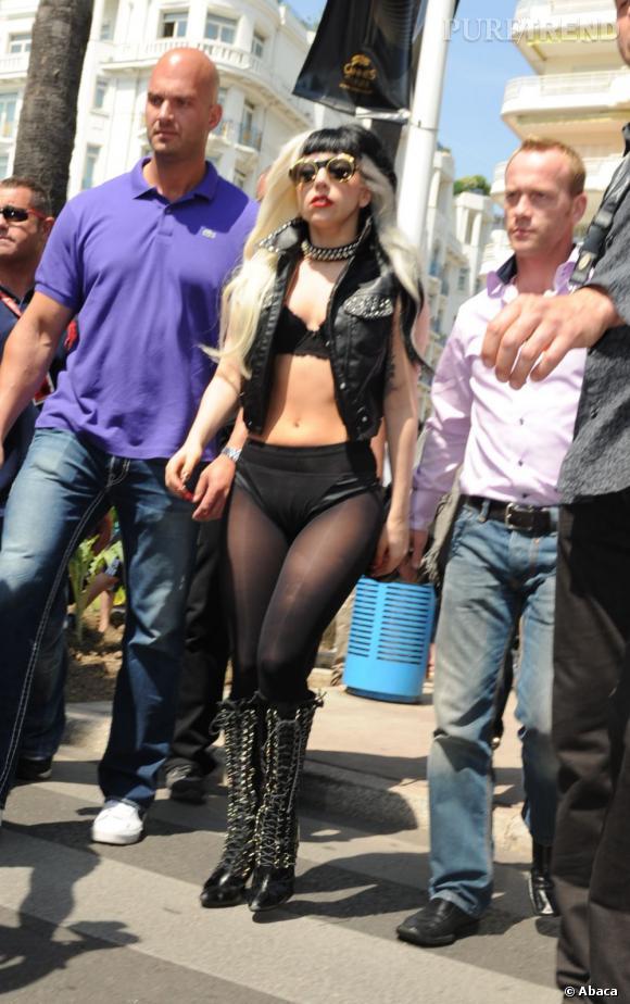 En guise de tenue, Lady Gaga n'est pas difficile et se satisfait de sous-vêtements et d'un perfecto sans manches.