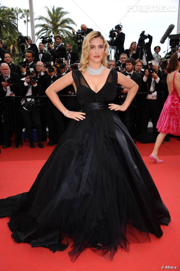 Vahina Giocante opte pour une robe de bal au décolleté sensuel.