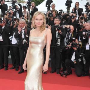 Diane Kruger joue de sa silhouette comme personne dans une robe ajustée Calvin Klein.