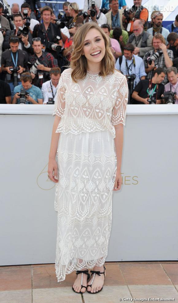 Elizabeth Olsen porte une robe The Row de la collection automne-hiver 2011/2012.
