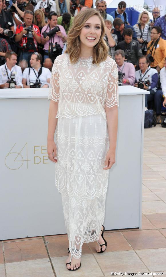 Afin de ne pas concurrencer son vêtement, l'actrice porte des sandales très simples.
