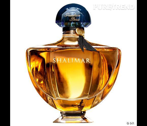 """Dans le vanity de Faye Dunaway    Nom :  Shalimar de Guerlain  Ultra-féminine et ensorceleuse, l'effluve nous fait voyager aux limites de l'interdit. """"Porter Shalimar, c'est laisser ses sens prendre le pouvoir"""".   Prix :  74.70 € les 50 ml."""