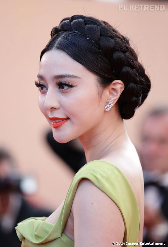 Cannes : les plus belles coiffures du lundi 16 mai    Fan Bingbing mise sur deux tresses qu'elle relève en couronne. Une coiffure de poupée.