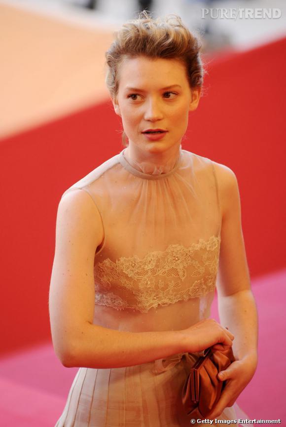 Cannes : les plus belles coiffures du lundi 16 mai   Le chignon prend du volume et se floute chez Mia Wasikowska.