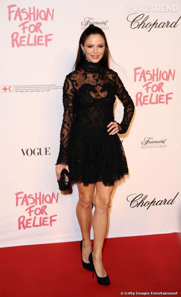 """Georgina Chapman sur le tapis rouge du """"Fashion for Relief""""."""