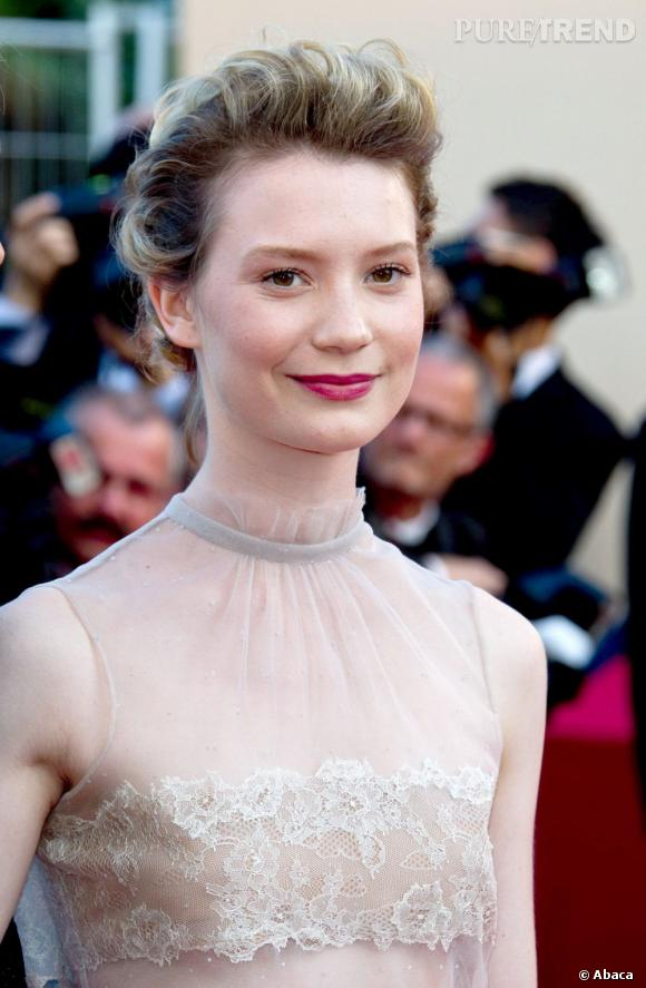 "Mia Wasikowska monte les marches à Cannes pour assister à ""The Tree of Life""."