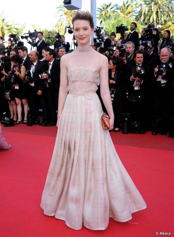 L'actrice porte une robe Valentino de la collection printemps-été 2011.