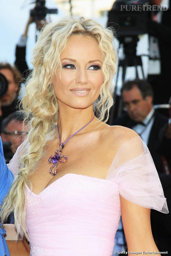 Cannes : les plus beaux make up du mardi 17 mai Le teint est lumineux et la bouche s'harmonise avec l'ombre à paupières ponctuée de rose. Le regard envoûte, renforcé par un trait d'eye liner au ras des cils.