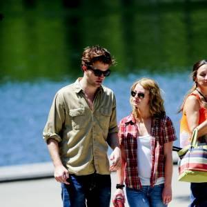 """Dans """"Remember Me"""", Emilie de Ravin au côté de Robert Pattinson craque pour la veste de bucheron Abercrombie."""