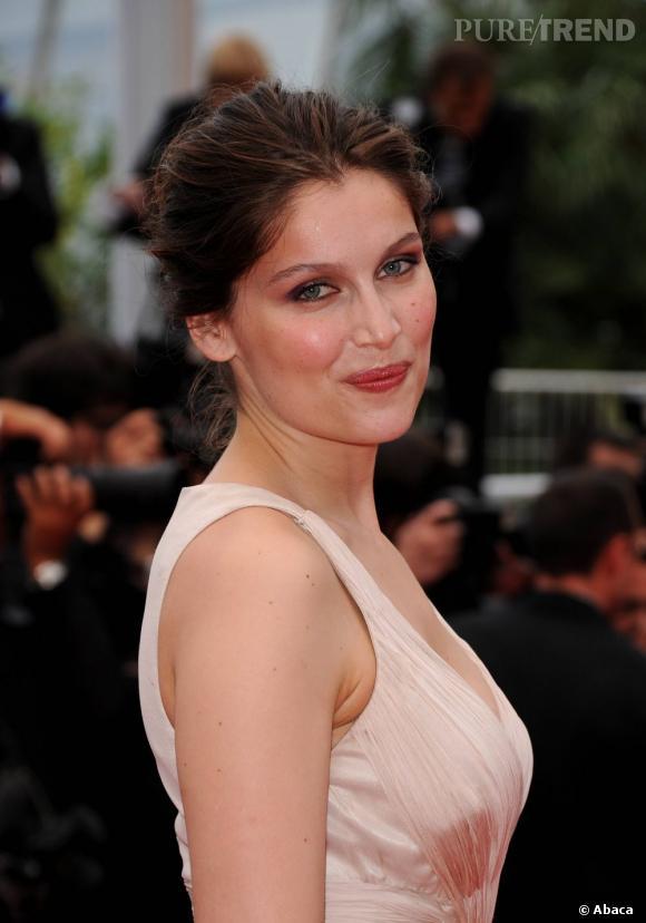 Cannes : les plus beaux make-up du mercredi 18 mai  Une mise en beauté naturelle pour Laetitia Casta avec des pommettes rosées et une bouche glossée. Le regard est légèrement souligné d'un trait de crayon marron sous l'oeil et les paupières s'habillent d'un smoky eye, mélange de violet, vert et cuivre.