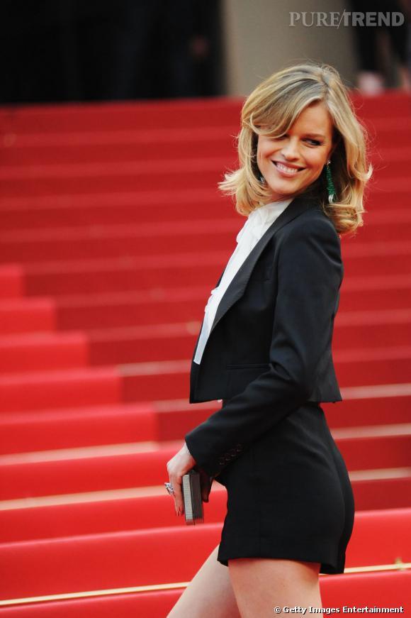 """Eva Herzigova monte les marches lors de la première du film """"La Conquête"""", à Cannes."""