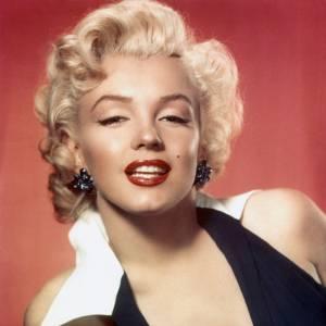 Comment on se coiffait dans les années 50 ?Nom : Marilyn Monroe Coiffure : le célèbre cranté de l'actrice et sa chevelure blonde platine.