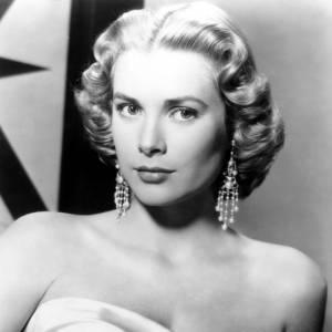 Comment on se coiffait dans les années 50 ? Nom : Grace Kelly Coiffure : un court wavy et lumineux.