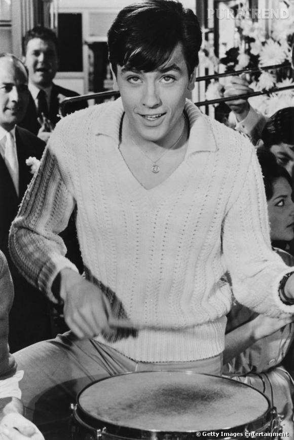 Comment on se coiffait dans les années 50 ?     Nom :  Alain Delon    Coiffure :  la mèche sur le côté.