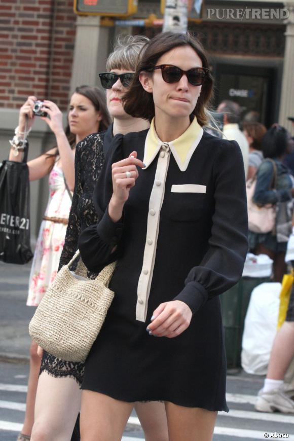 Preppy et sexy, Alexa mise sur une robe Marc Jacobs Croisière 2011 pour sa séance de shopping entre amis.