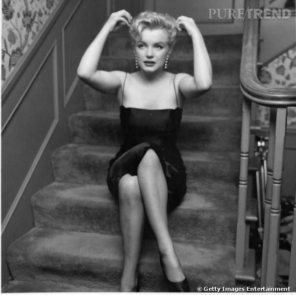 Marilyn en petite robe noire, pièce emblématique des années 50.