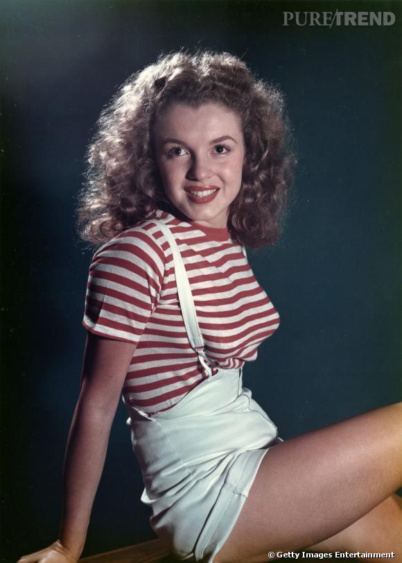 Marilyn Monroe, en 1947, affiche ses boucles châtain et fait sensation dans sa marinière rouge associée à une salopette.