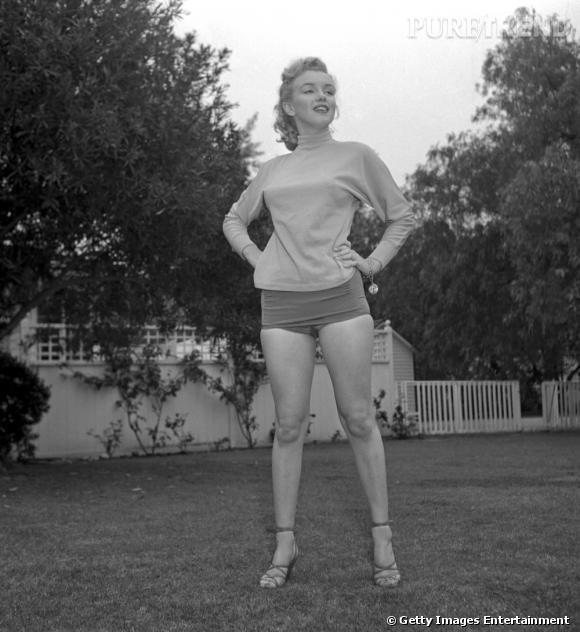 Marilyn Monroe sait faire simple mais sexy : ici, en associant son pull à son short par exemple.
