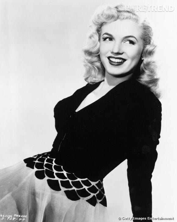 En 1948, Marilyn affiche une crinière peroxydée et devient peu à peu une véritable icône glamour.