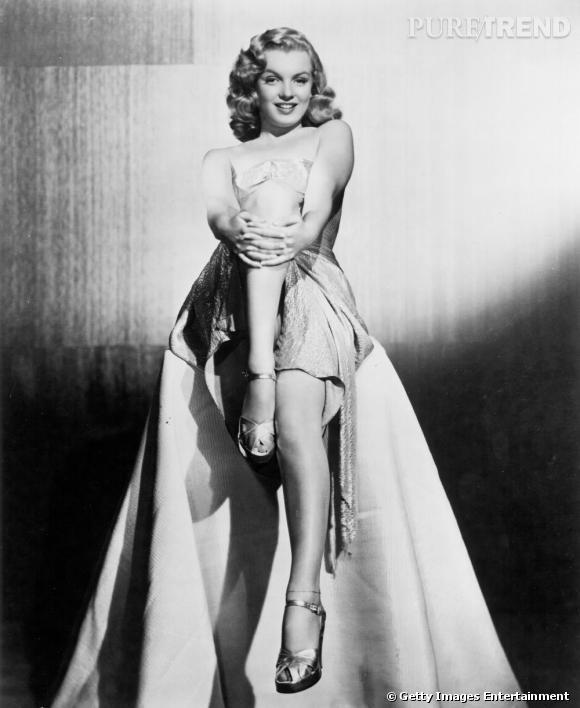 En longue robe asymétrique, Marilyn est sculpturale.